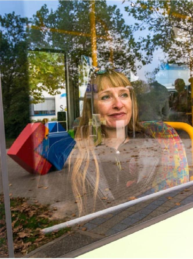 Frau fährt mit Bus der Stadtwerke Bruchsal