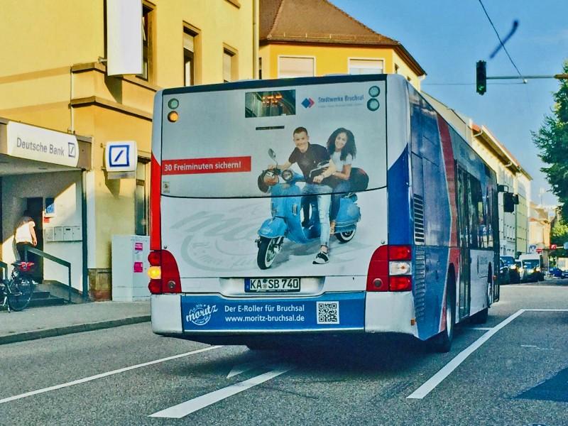 Ein Stadtbus der Linie 185 fährt durch Bruchsal