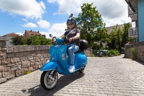 Frau fährt E-Roller moritz in Bruchsal