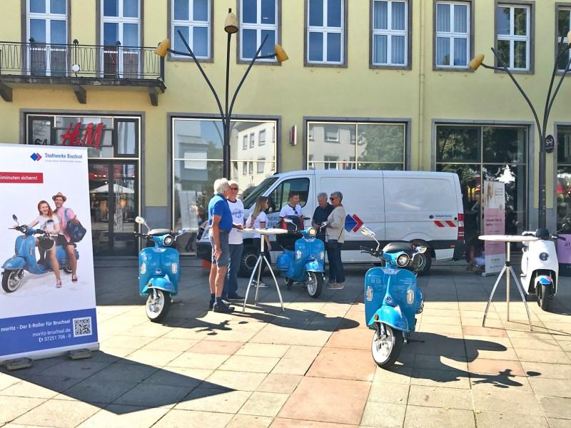 Die Stadtwerke Bruchsal präsentieren sich vor dem Rathaus